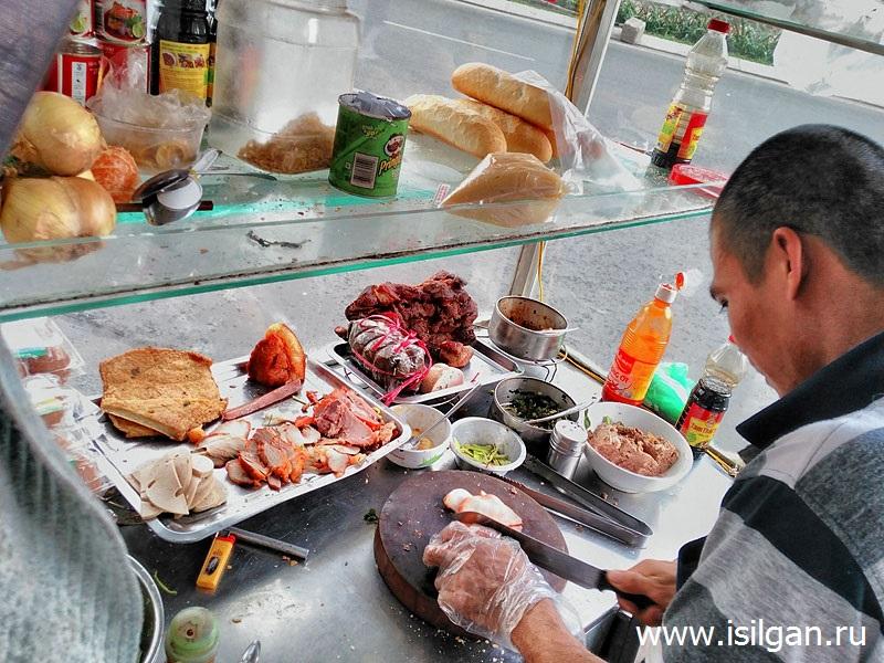 Приготовление сэндвича. Город Хошимин. Вьетнам