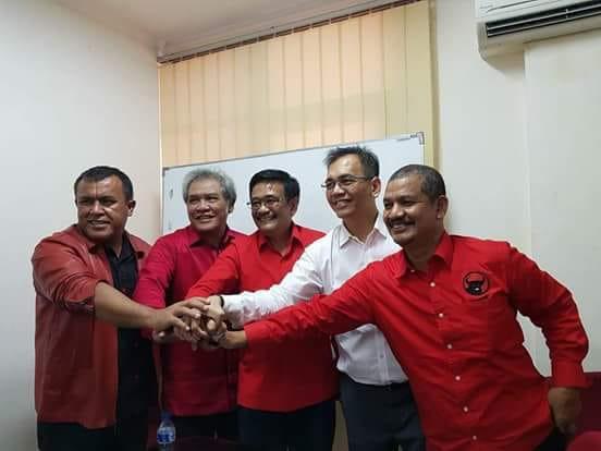Cagubsu H Djarot Saiful Hidayat dan Cawagubsu DR Sihar PH Sitorus bersalaman dengan Ketua BP Pemilu Mangapuk Purba, Ketua DPD PDIP Japorman Saragih dan Sekretaris DPD PDIP Sutarto.