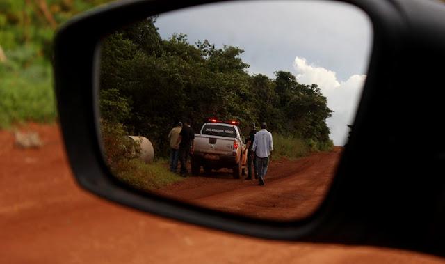 """Na segunda-feira (20/03), os jornalistas Bruno Abbud e Ednilson Aguiar, do jornal O Livre, faziam uma reportagem sobre as fazendas irregulares do ministro-chefe da Casa Civil, Eliseu Padilha (PMDB-RS), dentro do Parque Estadual Serra de Ricardo Franco, quando foram abordados por dois fiscais da Secretaria do Meio Ambiente do Mato Grosso (Sema) e dois policiais civis carregando metralhadoras. """"Vocês estiveram na fazenda do ministro?"""", questionou o fiscal Laerte no meio da estrada rural de Vila Bela da Santíssima Trindade."""