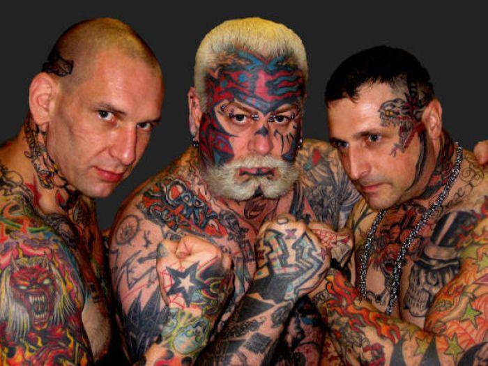 Tres luchadores con tatuajes muy feos