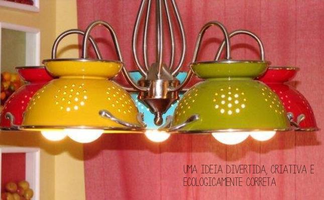 Luminária feita com escorredores de macarrão