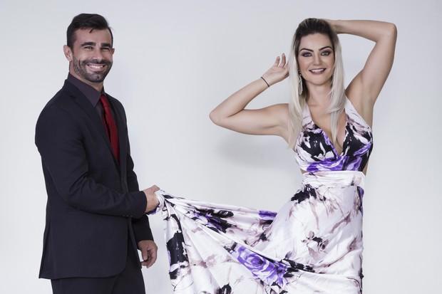 Laura Keller com Jorge Souza look vestido estampado participante do Power Couple Brasil
