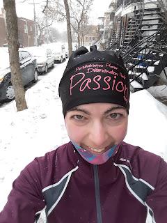 Coureuse souriante, l'hiver, Montréal, neige