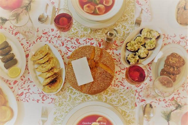 potrawy grecko-polskie na stole wigilijnym, lachanodolmades, christopsomo, opłatek, pierogi, barszcz z uszkami, kourabiedes