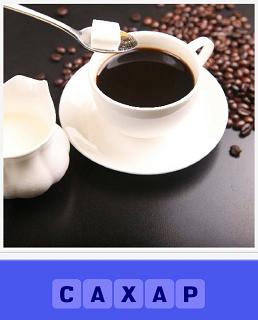 ложечкой кладут кусочек сахара в кружку с кофе