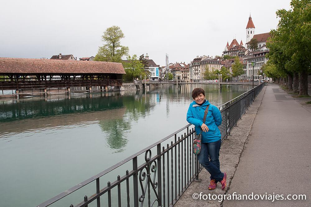 Flusswelle o puente de madera en Thun