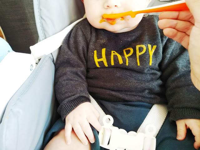bébé mange très bien