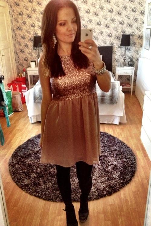 1637277d17f3 Trevligt tycker vi också att hon hade på sig en av våra klänningar från Dry  Lake. Pris: 499:- Vi har tre kvar ifall du inte har fixat klänningen till  Nyår ...