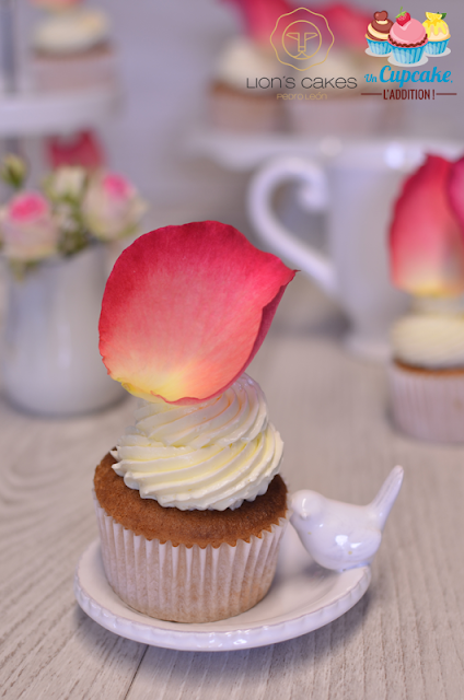 Cupcakes Rosa & Lichi : base chifón rellenada con un lichi, mermelada de pétalos de rosa y buttercream de merengue suizo