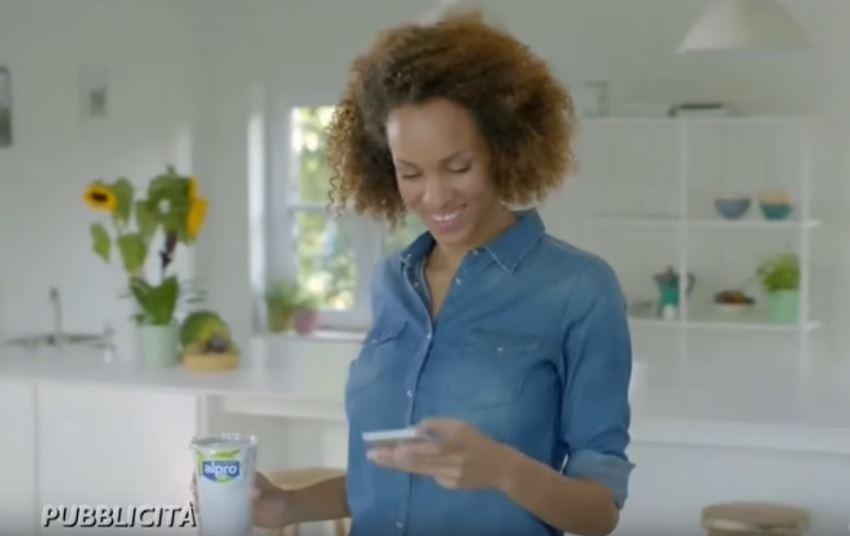 Modella Alpro pubblicità fibre a colazione con Foto - Aprile 2017