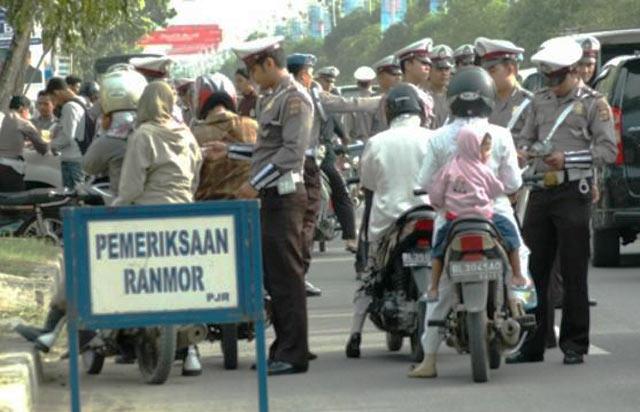 Operasi Simpatik 2017 yang digelar serentak di seluruh Indonesia masih akan berlangsung hingga 21 Maret nanti. Bagi anda pengendara, wajib mengetahui bagaimana sebenarnya prosedur yang harus dilakukan Polisi saat merazia kendaraan bermotor. Anda berhak melaporkan oknum anggota kepolisian yang melakukan razia tanpa prosedur yang benar.