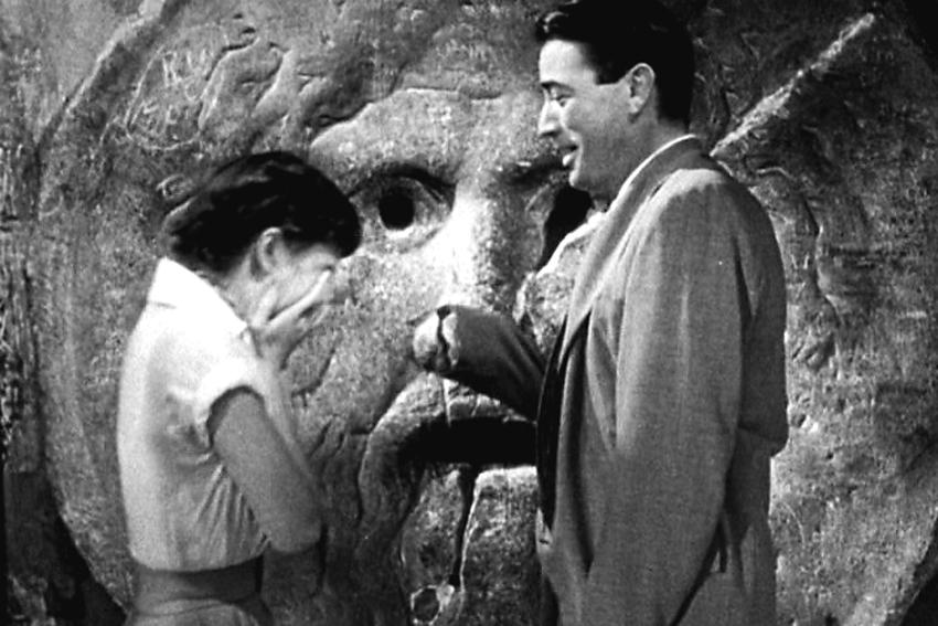 """Scena z filmu """"Rzymskie wakacje"""" z udziałem Audrey Hepburn i Gregory Peck przed Ustami prawdy"""