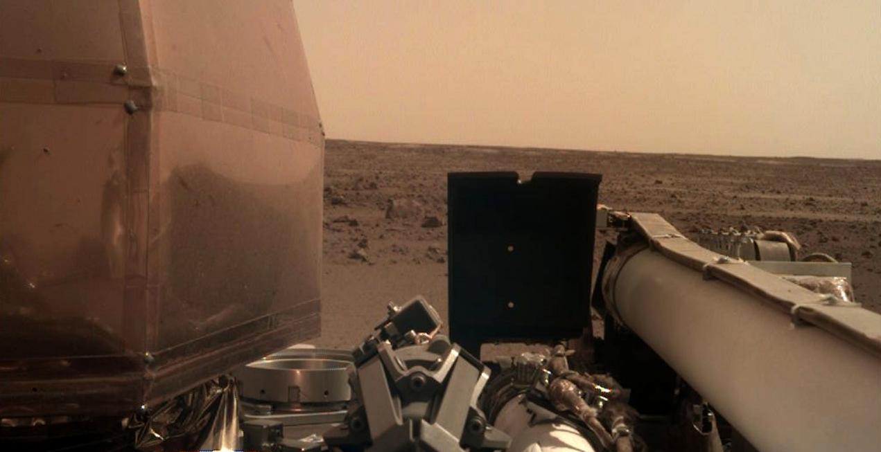 MARTE: Lander Insight apre panneli solari e scatta il primo selfie marziano della missione.