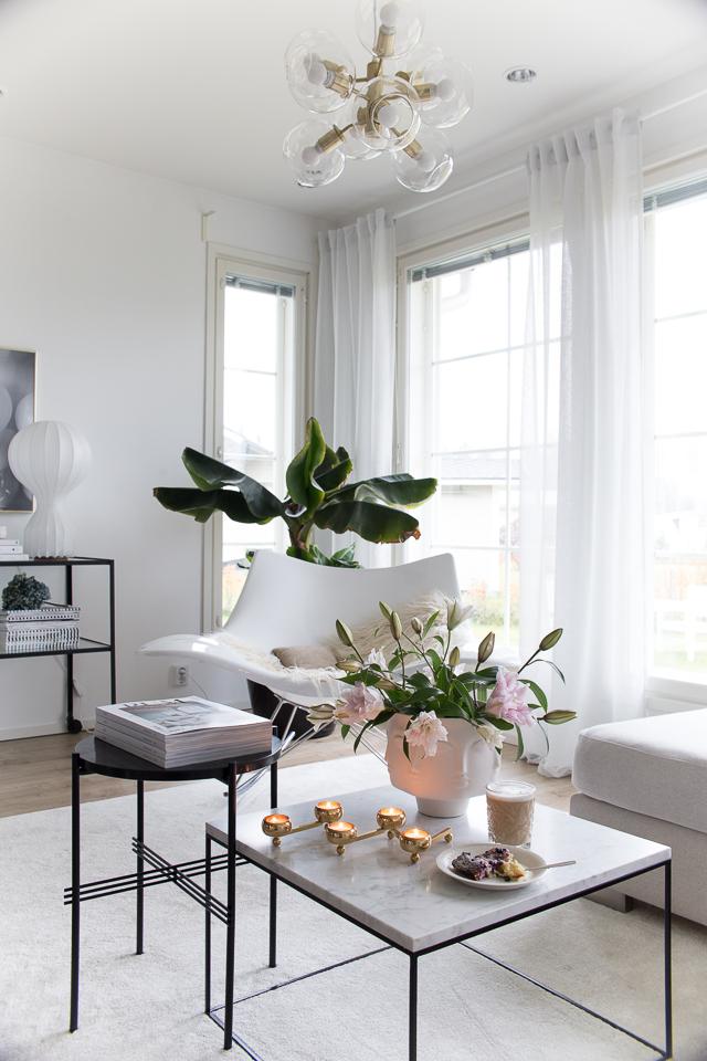 Villa H, sisustusblogi, banaanipuu, stingray keinuotuoli, hattara matto, gubi marmoripöytä