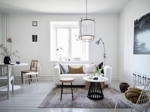 Bucătărie deschisă către living și dormitor cu spații de depozitare integrate într-un apartament de 38 m²
