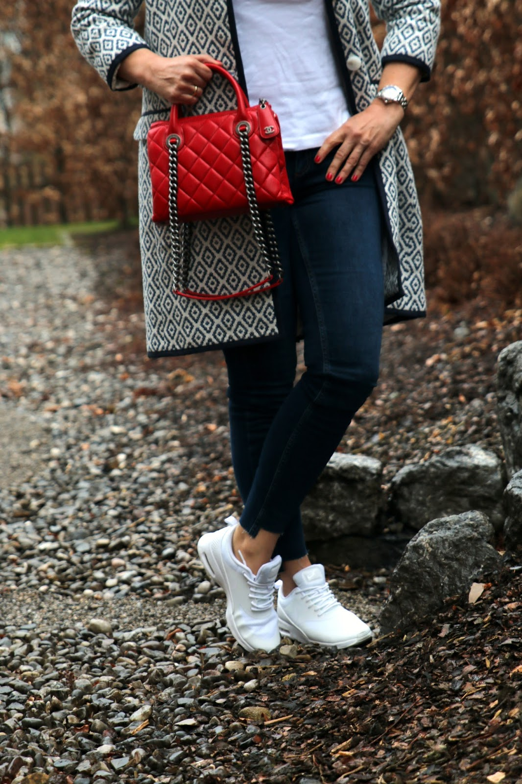 red Chanel Shoppingbag, white Nike sneakers, denims with open seam