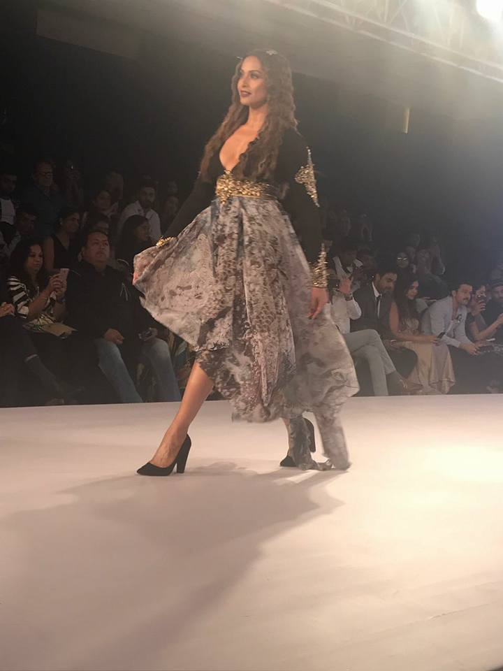 Bipasha Basu Walks The Ramp For Rocky S At Bombay Times Fashion Week 2017