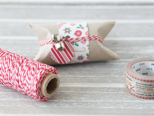 DIY: un empaquetado navideño con dos cascabeles y un rollo de cartón