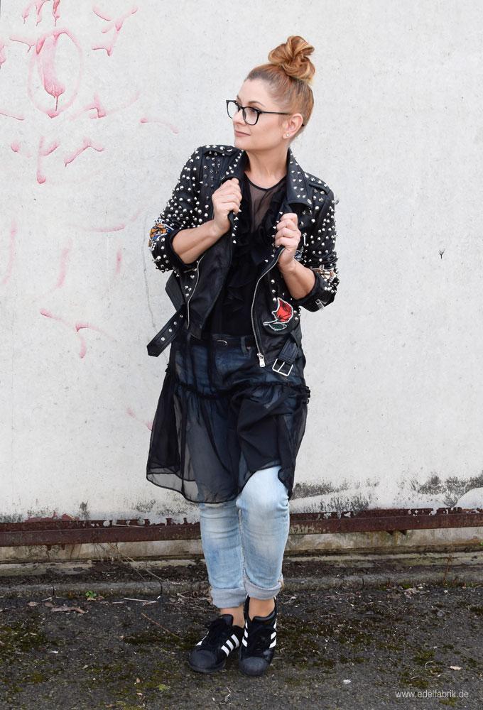 Lederjacke mit Jeans und Sneakern