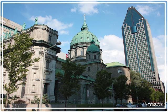 Basilique Cathédrale Marie-Reine du monde et le building  La gauchetière