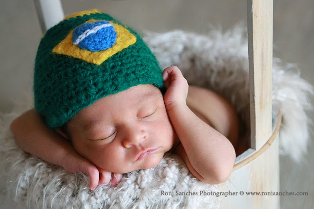 foto de newborn com touca do Brasil - Copa do Mundo 2014.