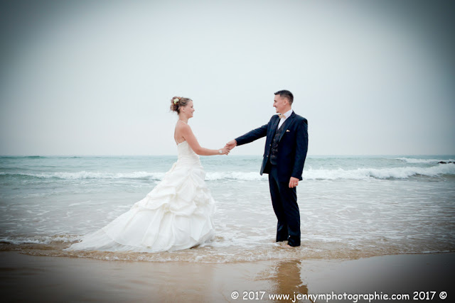 photo mariés qui se tiennent la main dans la mer