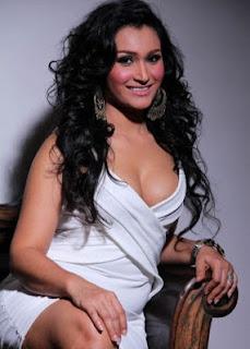 Rita Hasan sebagai Mama Rahe