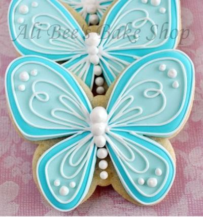 Kue bentuk kupu-kupu yang cantik ini adalah pilihan tepat untuk dijadikan makanan penutup, kue pesta, dekorasi pesta, atau hadiah untuk orang tersayang.
