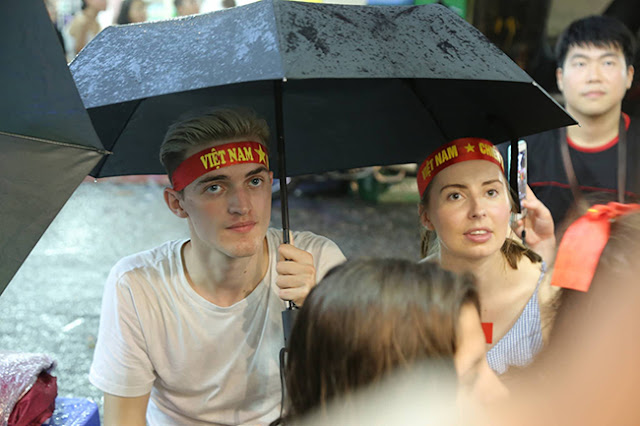 Photo: Foreign tourists also sad when Vietnam loses Korea 4