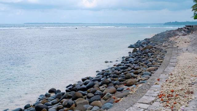 pantai linau di kaur dengan gradasi warna laut yang indah