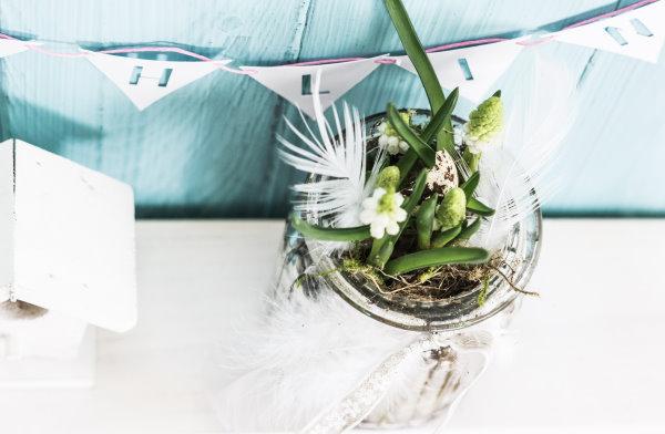 selbstgemachte Blumendekoration im Glas