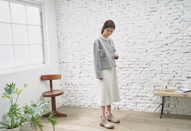 初冬的房間羊毛壓線混紡外套搭配溫室寫作 條紋拼接長洋裝