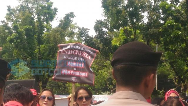 """Protes """"Pribumi"""" Anies, 'Emak-emak' Berbaju Merah Datangi Balai Kota"""