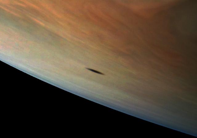 Bóng của vệ tinh Amalthea đổ lên bề mặt Sao Mộc. Hình ảnh chụp vào ngày 1 tháng 9 vừa qua bởi tàu vũ trụ Juno. Hình ảnh: NASA/JPL-Caltech/Gerald Eichstädt.