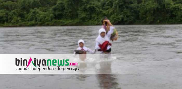 Kilimury Terisolir, Siswa SD Tiap Hari Berenang ke Sekolah