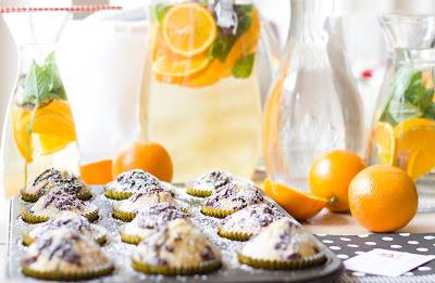 Kaffee-Muffins und fruchtiger Eistee