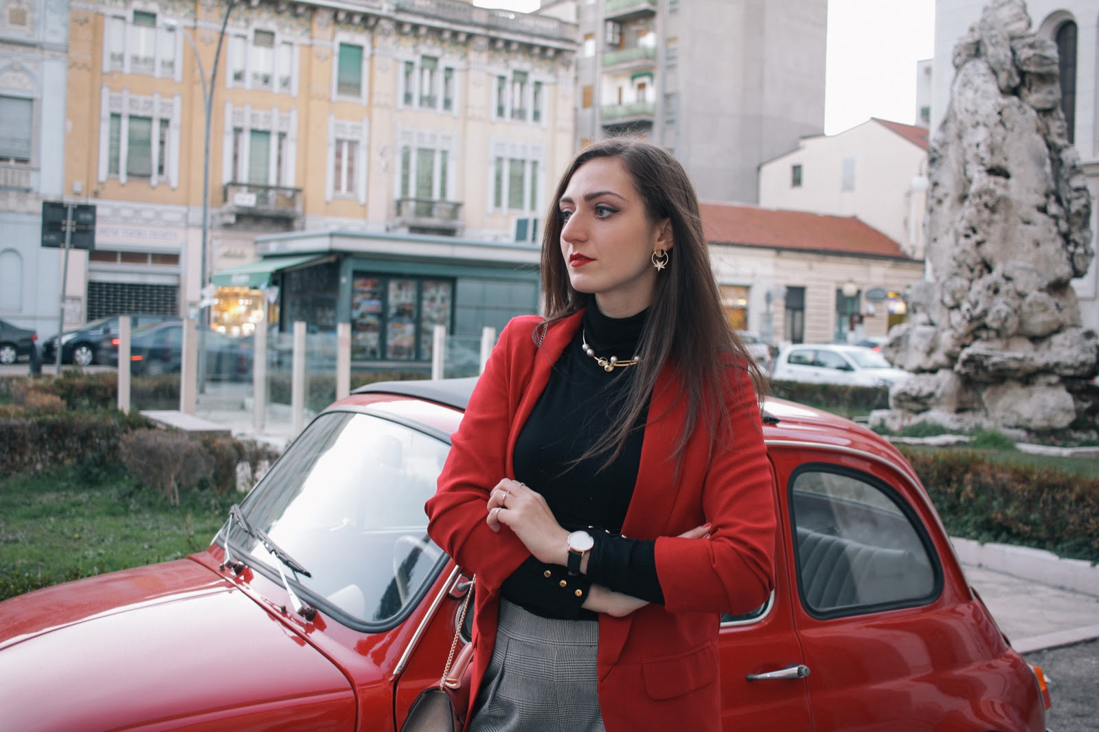 Look giacca rossa e pantalone principe di galles.