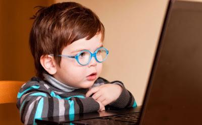 إليك كيفية حماية الاطفال من اليوتيوب , طفل ولد صغير يرتدى نظارة زرقاء كمبيوتر computer laptop glasses blue child boy wear