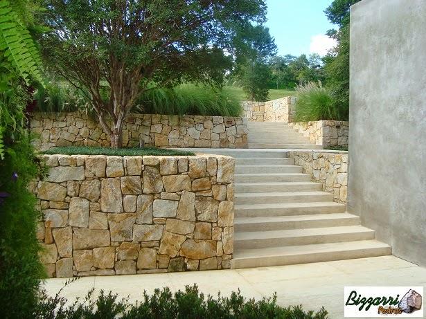 Muros de pedra com escada de pedra. Nos patamares plantamos as mudas de jaboticaba incorporando com o paisagismo e a execução da escada de pedra em mármore travertino.
