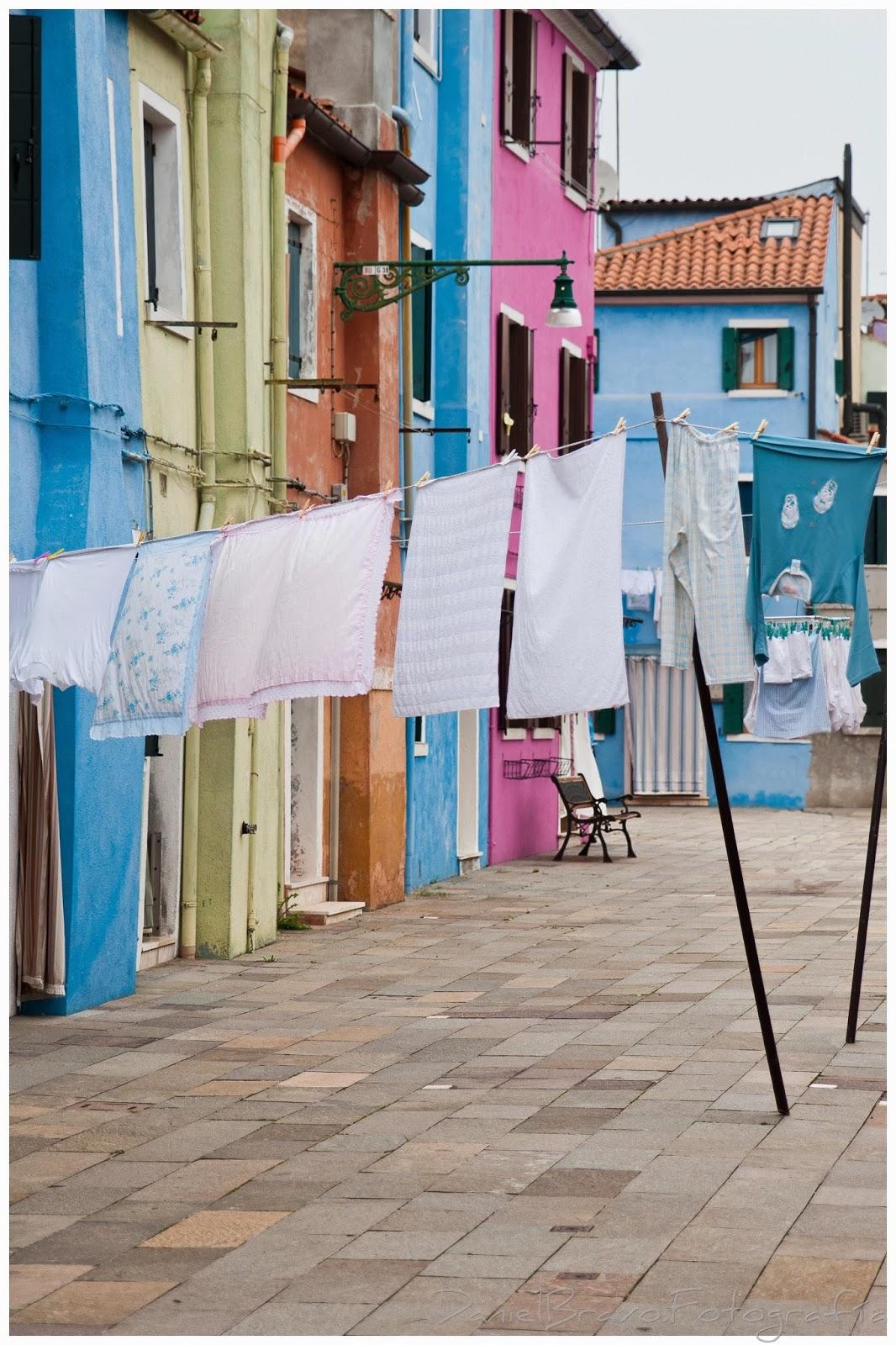 Edificios de colores y ropa tendida en la isla veneciana de Burano