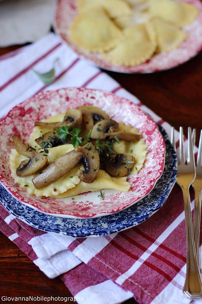 Ravioli con ricotta di pecora, funghi champignon e nocciole