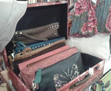Maleta vintage roja pequeña y carteras de mano varias