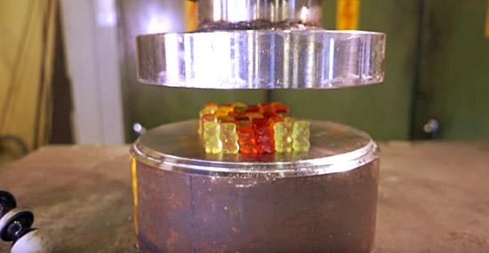 Esmagando ursos de goma com uma prensa hidráulica - Capa