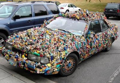 Obra de arte con plástico reciclado auto cubierto de juguetes