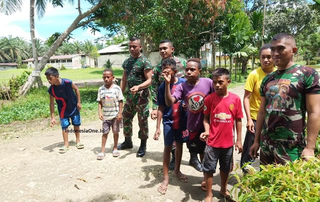 Satgas Pamtas Bumikan Permainan Tradisional Bersama Anak di Perbatasan Papua