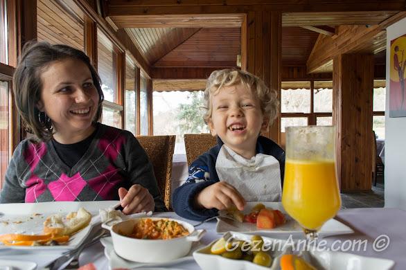 Ağva Greenline'ın kahvaltısı çok güzel ama artık maalesef çocuk kabul etmediklerinden bu cıvıl cıvıl gülüşler tarihte kaldı