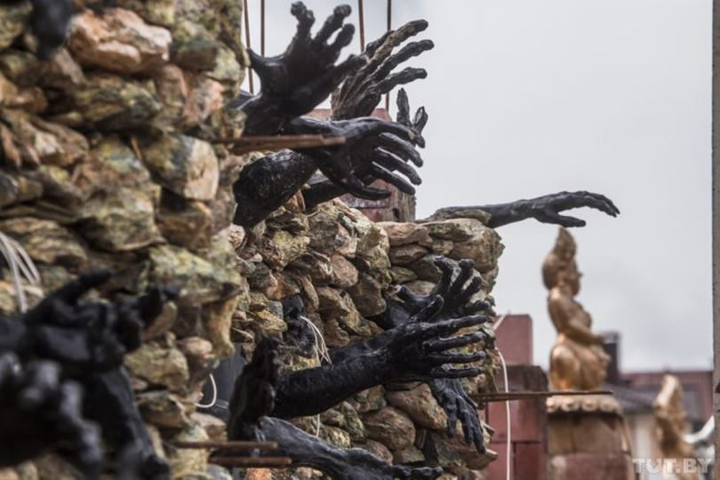 Town of Ratomka, five kilometers from the Belorussian capital of Minsk, there is a horrible house made up with dozen of black skulls and devil hands.