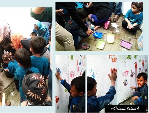 Anak-anak di Perpustakaan Alit