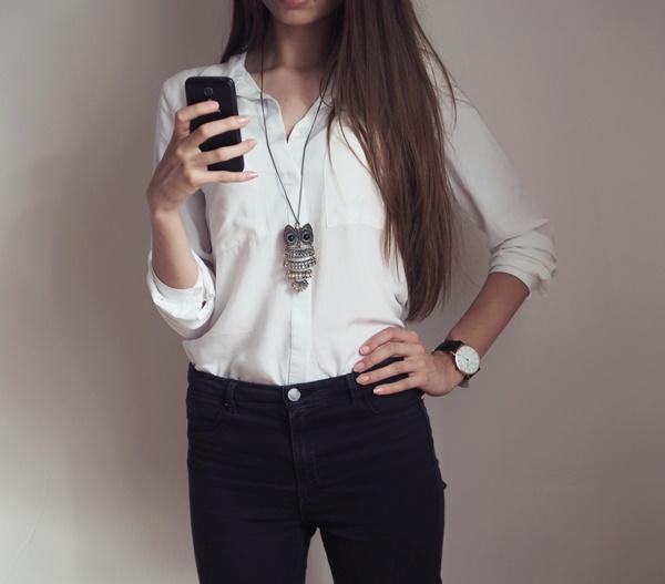 biała koszula, czarne spodnie, naszyjnik z sową