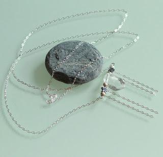 https://www.alittlemarket.com/collier/fr_sautoir_rock_argent_925_cristal_de_roche_et_hematite_-18479762.html